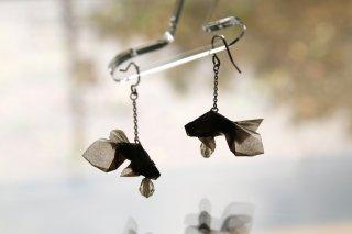 Origami Jewelry <br/>有澤悠河 作 「金魚」 <br/>ピアス/イヤリング<br/>ブラック<br/>