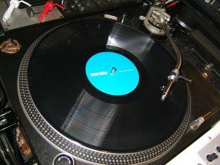 <img class='new_mark_img1' src='https://img.shop-pro.jp/img/new/icons47.gif' style='border:none;display:inline;margin:0px;padding:0px;width:auto;' />Serato/レア盤Control Vinyl/センターラベルがA青/B緑で2/色