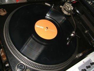 <img class='new_mark_img1' src='https://img.shop-pro.jp/img/new/icons47.gif' style='border:none;display:inline;margin:0px;padding:0px;width:auto;' />Serato/レア盤Control Vinyl/センターラベルがAオレンジ/B黄色で2/色