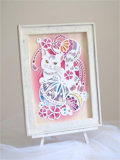 白い切り絵  「猫と鞠」
