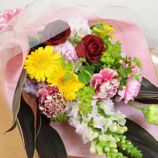 誕生祝いの贈り物に♪季節のお花を使用したサービス花束