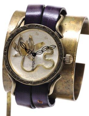 847b2f60b5 文字盤全面に蓮の花をあしらったdedegumoの定番時計です。花ひら一枚一枚を職人が手作業で造形しています。この時計 を見る度にその繊細な技巧を味わうことができます。
