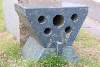 青石石彫(思考するスツール)400角XH400�