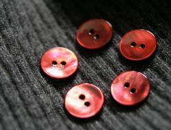 燃えるようなオレンジレッドの黒蝶貝の丸ボタン*2穴15mm/1個