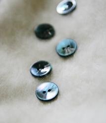 深い海の底の色の黒蝶貝の丸ボタン*2穴15mm/1個