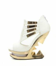 国内発送 白いエナメルのサンダルにピラミッドヒールNEBULA|ヘイディーズ-ブランド靴通販