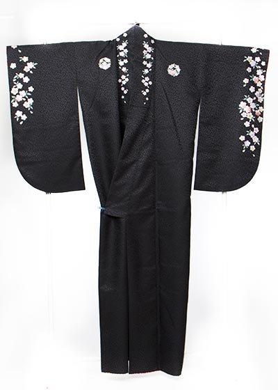 S562小振袖レンタル 裄69(ヒップ72-102)黒無地  花紋刺繍 衿と袖も花模様