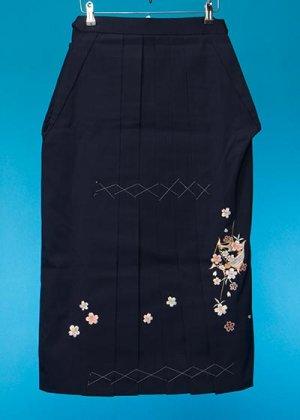 HA83-1ややワイド女子袴レンタル (身長140-145(ブーツの場合145-150)ヒップ80-110)紺 桜糸巻き 前幅広め