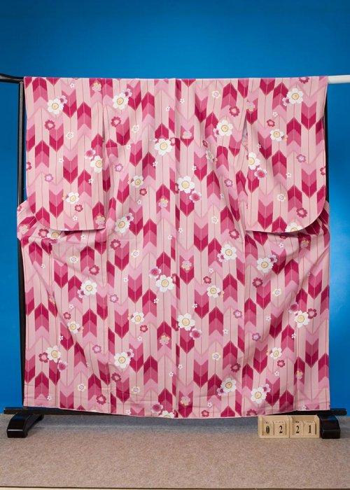 S221小振袖レンタル裄72(ヒップ79-104) サーモンピンク  矢羽根模様に桜【新品同様】