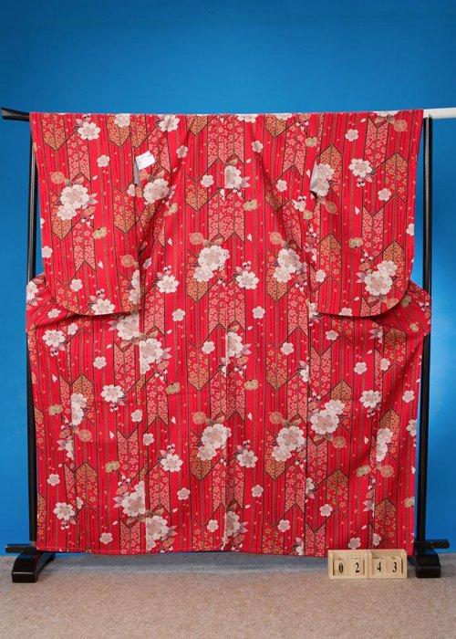 S243小振袖レンタル裄72(ヒップ72-102)赤系 矢羽根模様に桜