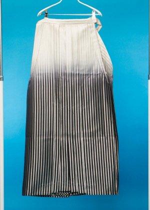 MH93-1ややワイド男袴レンタル(身長170-175前後 胴回り110まで)白黒銀ストライプ 黒ぼかし ひもロング 2020年1月予約あり