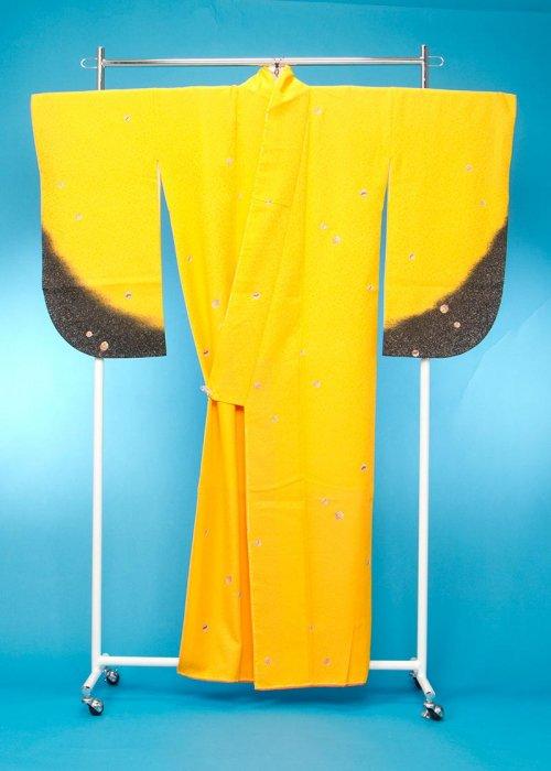 S62小振袖レンタル  L裄68(ヒップ68-98) 黄色系 山吹 蝶[ヌーヴォ]