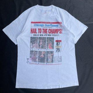 90s VINTAGE<BR>CHICAGO BULLS<BR>NEW S PAPER<BR>CHAMPS T-SHIRT<BR>シカゴブルズ<BR>サンタイムズ<BR>ニュースペーパーTシャツ