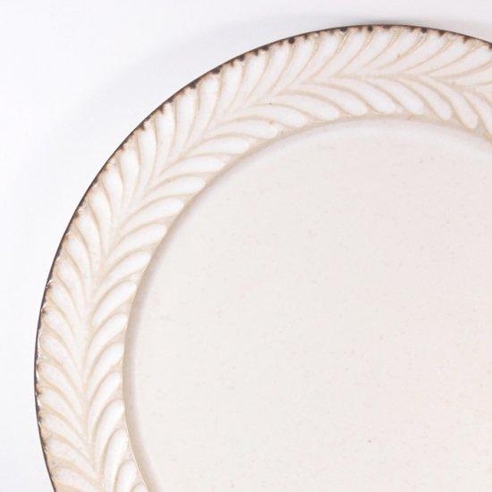 はしもとさちえ│6寸リム皿(白・彫)