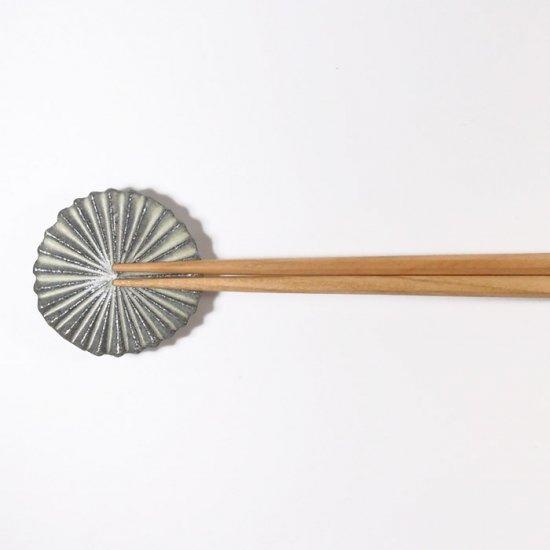 辻本路│箸置き(カトラリーレスト)  菊の花 グレー
