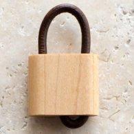 takahashicrafts 木の南京錠キーホルダー メイプルWooden Padlock メインイメージ
