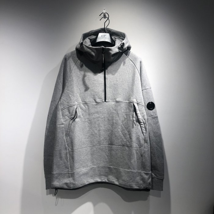 <img class='new_mark_img1' src='https://img.shop-pro.jp/img/new/icons47.gif' style='border:none;display:inline;margin:0px;padding:0px;width:auto;' />C.P.COMPANY SWEAT HOODED 1/2 ZIP (Grey)