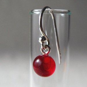 単色ガラス(レッド)シルバーフックピアス